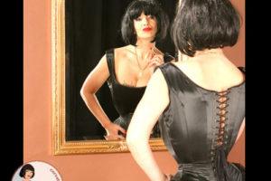 LadyJane vor dem Spiegel
